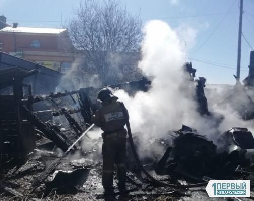 Мама заперла детей и ушла на работу. В Чебаркуле на пожаре едва не погибли две сестры