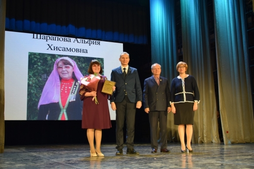 За участие во всех праздниках! Альфия Шарапова из посёлка Бишкиль получила премию «Национальное признание»