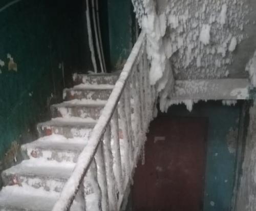 Вот такая «достопримечательность». В Чебаркуле подъезд в аварийном общежитии превратился в ледяную пещеру